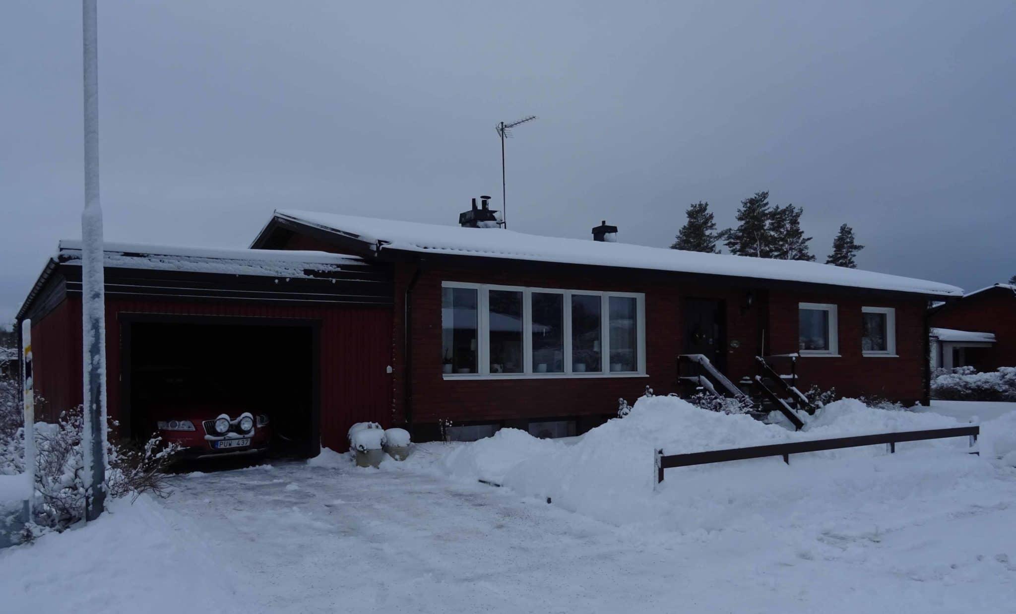 Självdragshus byggt på början av 70-talet med blåbetong. Huset tätat med nya fönster efter 2010