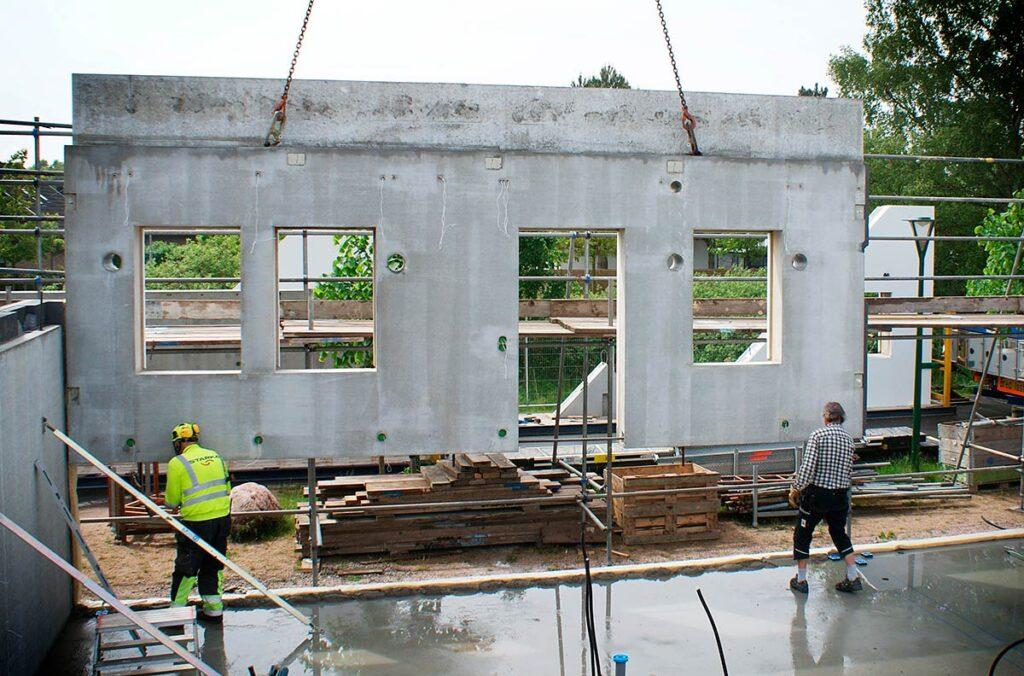 Prefabricerad betongvägg med montagerör för decentraliserad ventialtion